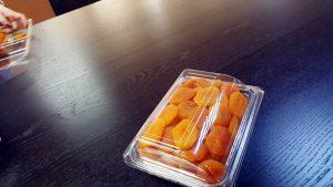 Caserola cu capac din plastic transparent pentru fructe uscate.