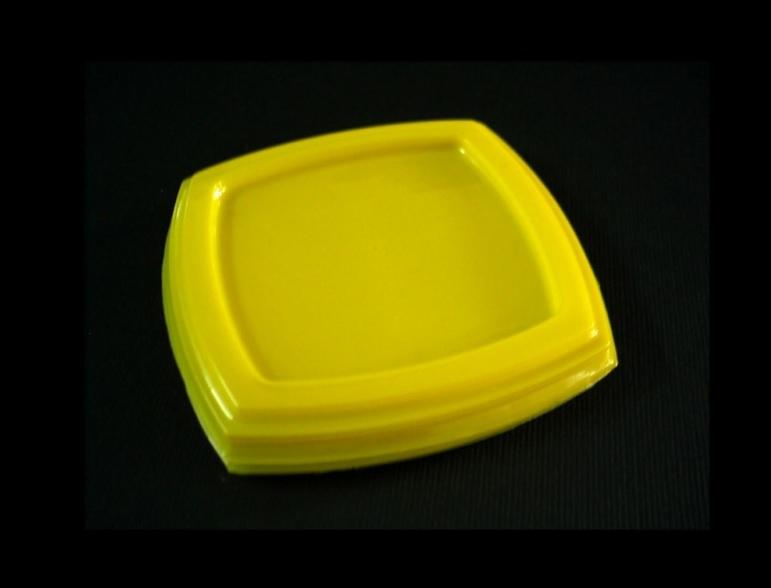 Capace din plastic termoformat, capacele pot fi colorate sau transparente, de diferite forme sau dimensiuni.