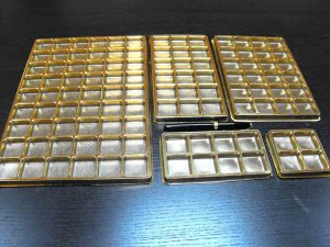 Chese aurii din plastic pentru 54 praline, bomboane etc.