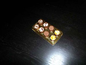 Chese aurii din plastic pentru 8 praline, bomboane etc.