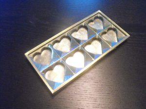 Chese plastic pentru ciocolata in forma de inimioare.