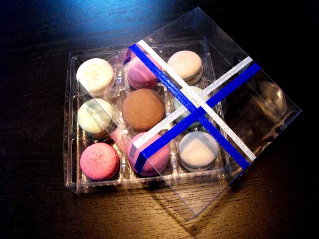 chese plastic in cutii, chese plastic cu macarons, cutii personalizate