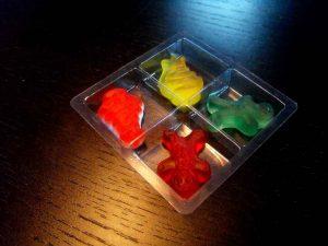 Chese plastic pentru 4 figurine jeleuri etc.