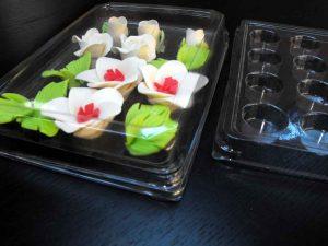 Chese ornamente tort cu 12 alveole, bomboane, figurine din martipan etc.