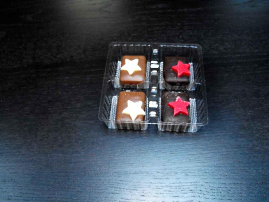 chese plastic pentru patru bomboane