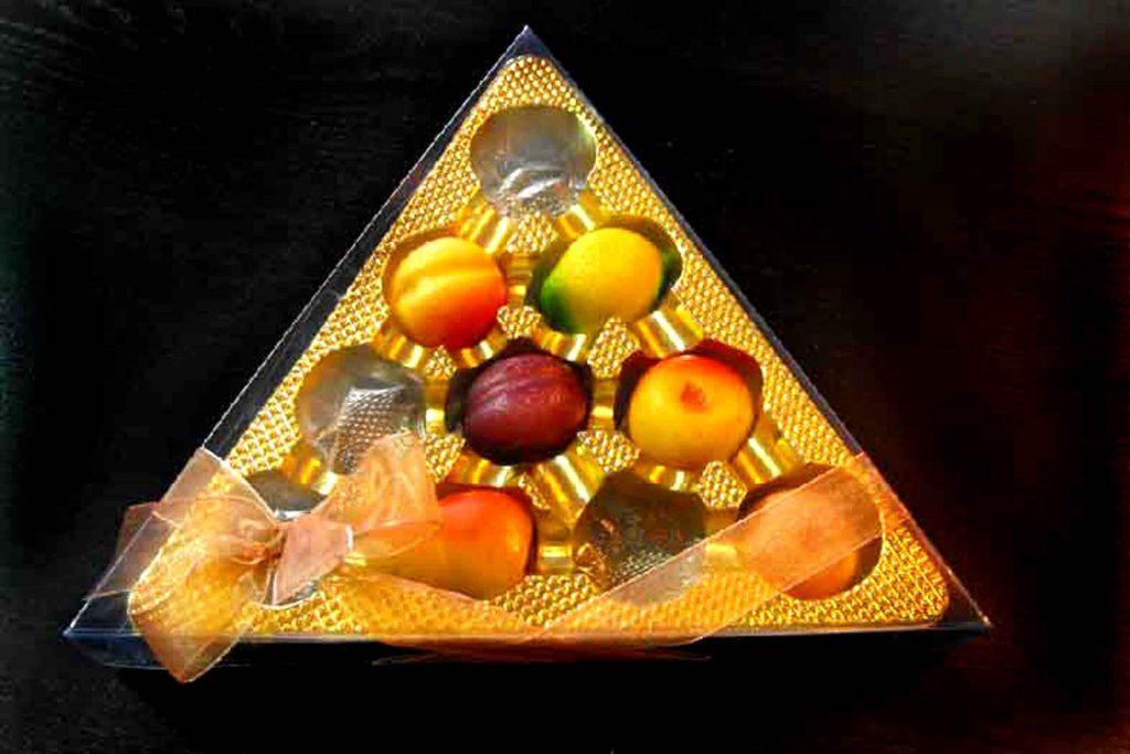 cutie bomboane Triunghi cu chesa aurie funda