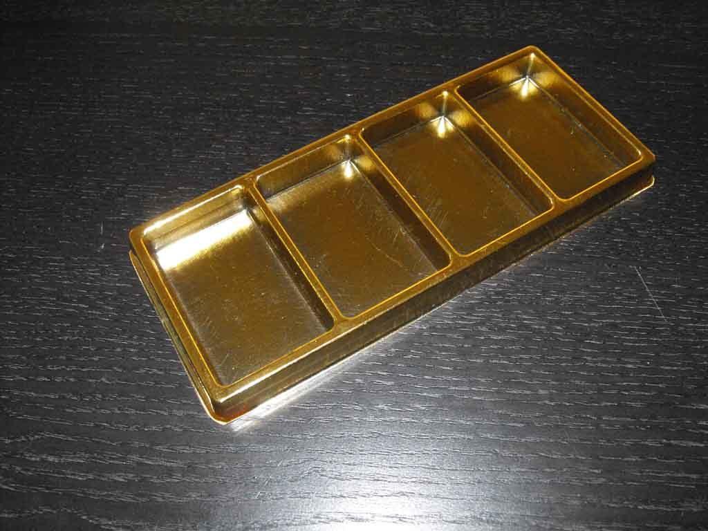 tavi din plastic auriu