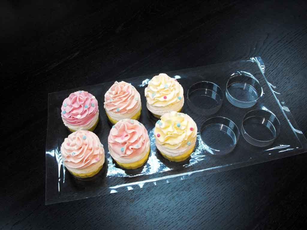tavi plastic pentru transport cupcakes.
